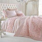 مدل روتختی عروس در یک اتاق خواب رمانتیک